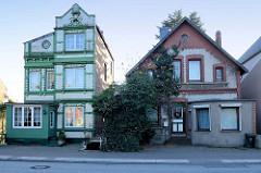 Wohnhäuser / Einzelhäuser  in der Straße Finkenwerder Norderdeich im Hamburger Stadtteil  Finkenwerder. Jugendstilvilla mit weiß glasieren Ziegeln grünen Bändern und floralen Stuckdekor.