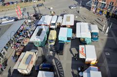 Blick von oben auf die Marktstände vom Wochenmarkt Neuallermöhe auf dem Fleetplatz.