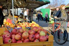 Marktstand  mit Obst und Gemüse  auf dem Wochenmarkt in Hamburg Finkenwerder, Finksweg.