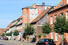 Wohn- und Geschäftshäuser in der Reichenstraße von Boizenburg/Elbe; in der Bildmitte das Gebäude des dortigen Kinos. Es wurde 1932 als Boizenburger Lichtspiele eröffnet, 1936 wurde es umgebaut und hieß Kammerlichtspiele.