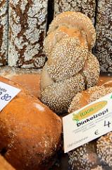 Brotstand auf dem  Wochenmarkt in der Großen Bergstraße, Stadtteil Hamburg Altona / Altstadt; frische Brotlaiber u.a. Dinkelzopf liegen in der Auslage.