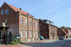 Einstöckige Klinkerwohnhäuser / Wohnblocks mit Dachausbau in der Hamburger Straße von Boizenburg/Elbe.
