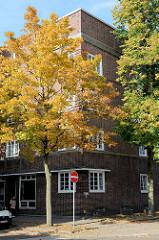 Backsteinarchitektur im Hamburger Stadtteil Wilhelmsburg - mehrstöckige Wohnhäuser; Siedlungsbau in der Fährstraße, der als Baudenkmal unter Denkmalschutz steht - er wurde um 1930 errichtet.
