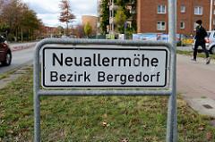 Stadtteilschild Neuallermöhe, Bezirk Hamburg Bergedorf - schwarze Schrift auf weißem Grund.
