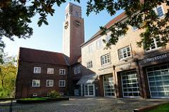 Gebäude der alten Feuerwache Harburg in der Hastetstraße; die mit einer Klinkerfassade versehene Feuerwehrwache wurde 1924 errichtet als Nebengebäude wurden Fahrzeughalle, Telegraphenzentrale, Mannschaftsräumen sowie Direktorenwohnung eingerichtet.