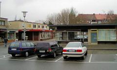 Alte Aufnahme vom Rothenburgsorter Marktplatz im Hamburger Stadtteil Rothenburgsort - Ladenzeile,  Flachbauten mit Geschäften im Baustil der 1960er Jahre und parkende Autos. ( 2002 )