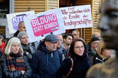 """Aktionstag der überparteilichen Sammlungsbewegung Aufstehen - Abschlusskundgebung der Demonstration mit dem Motto""""Würde statt Waffen"""" auf dem Spitzenplatz von Hamburg Altona. Protestschilder u.a. mit der Aufschrift Bildung statt Bomben."""