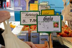 Fischstand auf dem Wochenmarkt in Hamburg Neuallermöhe / Fleetplatz; Fischsalate in Schalen, u. a. Flusskrebse in Honig-Senf-Sauce, Scampi Mexikana oder Rostocker Salat.