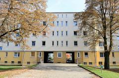 Backsteinarchitektur im Hamburger Stadtteil Wilhelmsburg - mehrstöckige Wohnhäuser; Siedlungsbau in der Zeidlerstraße, der als Baudenkmal Hamburgs unter Denkmalschutz steht - er wurde um 1928 errichtet.