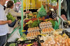 Wochenmarkt im Hamburger Stadtteil Lohbrügge - Marktstand mit Gemüse und frischen  Eiern   auf dem Lohbrügger Marktplatz.