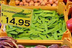 Marktstand mit Obst und Gemüse  auf dem Wochenmarkt in der Großen Bergstraße, Stadtteil Hamburg Altona / Altstadt;  Kiste mit Zuckerschoten aus Kenia.