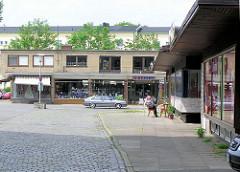 Alte Aufnahme vom Rothenburgsorter Marktplatz im Hamburger Stadtteil Rothenburgsort - Ladenzeile, Flachbauten im Baustil der 1960er; Geschäft mit Haushaltswaren. ( 2004 )