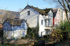 Denkmalgeschützte Wohnhäuser in der Emder Straße von Hamburg Finkenwerder.