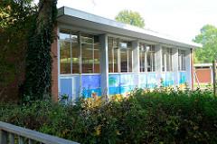 Turnhalle der  Willi Kraft Schule in Hamburg Wilhelmsburg; das Schulgebäude wurde 1953 errichtet - Architekt Paul Seitz. Die Architektur steht als Baudenkmal Hamburgs unter Denkmalschutz.