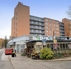 Hochhaus am Rissener Bahnhof - flache Pavillions, Geschäfte.
