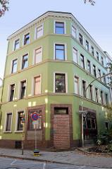 Baudenkmal im Hamburger Stadtteil Harburg, denkmalgeschütztes Etagenhaus in der Eddelbüttelstraße - erbaut ca. 1891. Der Eingang zu einem ehemaligen Geschäft / Laden wurde zugemauert, die Räume werden jetzt als Wohnung genutzt.