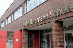 Eingang der Gretel Bergmann Schule in Hamburg Neuallermöhe;  künstlerisch gestaltete Spiegelfläche mit dem Schriftzug Zuversicht - Künstler Robert Kessler.