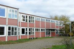 Leerstehende  ehemalige alte Schulgebäude am Allermöher Bahnfleet im Hamburger Stadtteil Neuallermöhe.