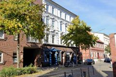 Gründerzeitarchitektur in der neuen Straße von Hamburg-Harburg Wohn- und Geschäftshaus mit Gaststätte, erbaut 1892 - Umbau 1927. Die Inneneinrichtung der Gaststätte steht unter Denkmalschutz.