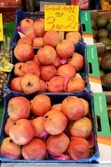 Marktstand mit Obst und Gemüse auf dem Wochenmarkt in Hamburg Wilhelmsburg / Stübenplatz; Obstkisten mit Granatäpfeln.
