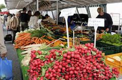 Wochenmarkt im Hamburger Stadtteil Lohbrügge - Gemüsestand mit frischen Radieschen und anderem Vierländer Gemüse  auf dem Lohbrügger Marktplatz.
