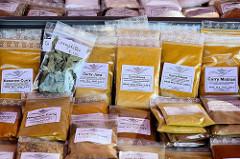 Marktstand mit Gewürzen auf dem Wochenmarkt im Hamburger Stadtteil Neugraben-Fischbeck; z. B. Bananencurry, Habanero-Curry oder Curry-Poona.