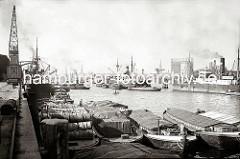 Alte Hamburgbilder aus dem Hafen. Die Lastkähne im Segelschiffhafen sind hoch beladen - bei den meisten ist die Ladung mit Planen gegen die Witterung abgedeckt -  andere Schuten haben eine Holzabdeckung für ihren Laderaum.