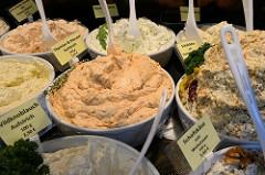 Marktstand mit mediterranen Delikatessen auf dem Wochenmarkt in der Großen Bergstraße, Stadtteil Hamburg Altona / Altstadt; Schüsseln unter anderem mit Thymian / Mandel oder Wildknoblauch Aufstrich.