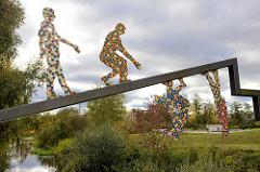 Kunstwerk Transit am südlichen Bahngraben in Hamburg Neuallermöhe; Bildhauer Egidius Knops - 2009.
