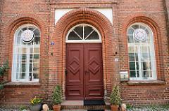 Eingang von der ehemaligen Synagoge In Boizenburg/Elbe, kleine Wallstraße. Das Gebäude war bis 1892 der religiöser Versammlungsort der jüdischen Gemeinde. Danach wurde das historische Gebäude bis 1934 von der Freimaurerloge Vesta zu den drei Türmen