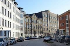 Blick in die Harkortstraße von Hamburg Altona-Nord, rechts im Hintergrund an denkmalgeschützte Siedlungsbau aus den Jahren 1928 - Architekt Fritz Neugebauer.