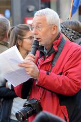 """3169  3112 Aktionstag der überparteilichen Sammlungsbewegung Aufstehen - Redner auf der Abschlusskundgebung der Demonstration mit dem Motto""""Würde statt Waffen"""" auf dem Spitzenplatz von Hamburg Altona."""