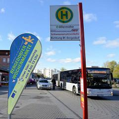 Markstände vom Wochenmarkt Neuallermöhe / Fleetplatz; Hinweisschild auf die Bergedorfer Wochenmärkte - ein Bus der öffentliche Verkehrsmittel, Linie 12 fährt zur Endstation.