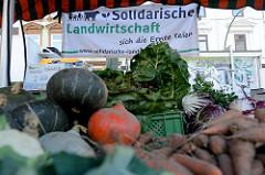 Marktstand mit Gemüse auf dem Wochenmarkt   im Hamburger Stadtteil Ottensen / Spitzenplatz; Solidarische Landwirtschaft - sich die Ernte teilen.
