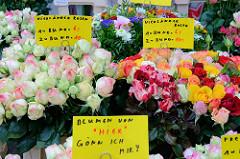 Blumenstand mit frischen Vierländer Rosen auf dem Wochenmarkt am Moorhof im Hamburger Stadtteil Poppenbüttel.