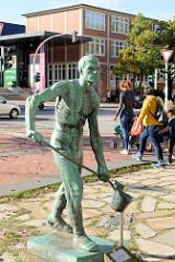 Bronzeskulptur Der Eisengiesser auf dem Rathausplatz von Hamburg-Harburg, die Skulptur wurde 1913 von Gerhard Janensch entworfen und stand ursprünglich am Eingangsportal der Harburger Firma Thörl in der Schloßstraße.