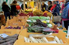 Marc stand mit frischem Gemüse auf dem Wochenmarkt am Moorhof im Hamburger Stadtteil Poppenbüttel.