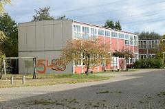 Leerstehende  ehemalige alte Schulgebäude am Allermöhe Bahnfleet im Hamburger Stadtteil Neuallermöhe.