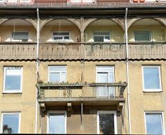 Wohnhaus in der Fährstraße von Hamburg Wilhelmsburg; hölzerne Balkonbrüstung im Obergeschoss.