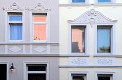 Hausfassade mit Stuckdekor - historische Mehrfamilienhäuser in der Brunsstraße im Hamburger Stadtteil Harburg, errichtet um 1903. Die denkmalgeschützten Wohnhäuser wurden von dem Architekten Hermann Wedemann entworfen.