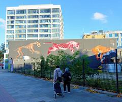 Wandbild mit laufendem Tiger an einer Hausfassade in der Königstraße im Hamburger Stadtteil Altona Altstadt.