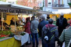 Marktstände auf dem Wochenmarkt   im Hamburger Stadtteil Ottensen / Spitzenplatz.