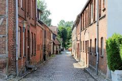 Schmale Gasse mit Kopfsteinpflaster - Wohnhäuser; Architektur in Boizenburg/Elbe.