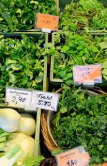 Gemüsestand auf dem Wochenmarkt am Moorhof im Hamburger Stadtteil Poppenbüttel; frische Lauchzwiebeln, Feldsalat, Fenchel sowie Postelein / gewöhnliches Tellerkraut liegenden kleinen Kästen in der Auslage.