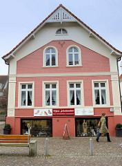 Wohnhaus mit Geschäft im Souterrain  in der   Wedeler Landstraße von Hamburg Rissen.