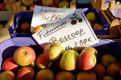 Apfelstand / Marktstand auf dem Wochenmarkt in Hamburg Finkenwerder, Finksweg - frisch geerntete Äpfel, Finkenwerder Boscoop / Delba.