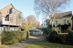 Rundbunker / Schutzraum aus dem Zweiten Weltkrieg zwischen Wohnhäusern am Auedeich von Hamburg Finkenwerder.