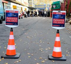 Absperrungen, Hinweisschild Parkverbot auf dem Gelände  vom Wochenmarkt Bei den Höfen in Hamburg Jenfeld.
