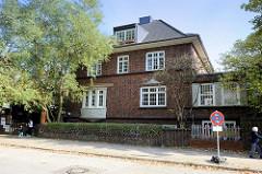 Wohngebäude mit ehemaliger Arztpraxis in der Schönenfelder Straße 5 von Hamburg Wilhelmsburg, die Villa wurde 1926 errichtet und steht unter Denkmalschutz. Heute wird das Gebäude als Kinderhaus und Babyklappe genutzt.