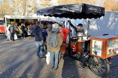 Marktstände  auf dem Wochenmarkt am Quarree im Hamburger Stadtteil Wandsbek.